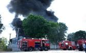 消防車隊相繼趕抵現場開展滅火行動。(圖源:何芳)