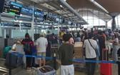我國公民在馬來西亞機場辦理行李托運手續。