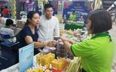 消費者在國貨促銷會選購日用品。(圖源:如萍)