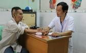 華人醫師林計同為榮軍烈士家屬把脈。