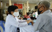 志願醫生團為當地貧困民眾贈醫施藥。