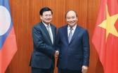 阮春福總理(右)會見老撾總理西蘇里。(圖源:越通社)