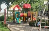 小孩子在公園內的兒童樂園玩耍