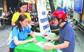 職能力量給市民指引參保手續。