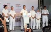 新加坡總理李顯龍(左三)在大巴窯體育場對人民行動黨的支持者表示感謝。(圖源:互聯網)