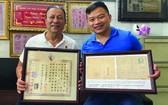麒麟(右)代表接受劉劍昌師傅捐贈華人文物。