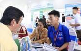 年輕求職者在招聘會上尋求工作機會。(圖源:功趙)