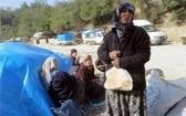 聯合國安理會11日通過提案,重啟對敘利亞的跨境人道援助。圖為紮居於「和平門」附近、苦苦等待進入土耳其尋求庇護的敘國難民。(圖源:AP)