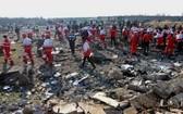 1月8日,在伊朗德黑蘭霍梅尼國際機場附近,救援人員搜尋墜機現場。(圖源:新華社)