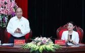 政府總理阮春福(左)出席會議並發表指導意見。(圖源:統一)