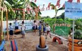 偏遠區孩子在用再造物料做的兒童遊樂園玩耍。