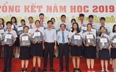 西貢實行中學獎勵各班考取優秀成績的學生。