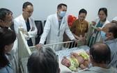 手術醫護隊伍經過多次會診後決定今(15)日為這兩名罕見腹部盆骨連體女嬰進行分離手術。(圖源:院方提供)