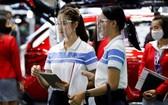 第41屆曼谷國際車展15日開幕,工作人員執行嚴格的防疫措施。 (圖源:路透社)