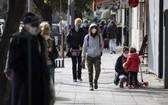 7月17日,人們戴著口罩走在阿根廷布宜諾斯艾利斯街頭。(圖源:新華社)
