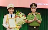 公安部長蘇霖大將(右)受國家主席的委託,向市公安廳副廳長丁清閑(左)頒授晉升少將警銜《決定》。(圖源:市公安廳)