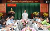 市委書記阮善仁(中)與第一郡領導舉行工作會議。(圖源:越勇)