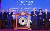 政府總理阮春福(右三)出席開市敲鑼儀式。(圖源:越通社)