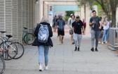 因疫情耽誤學業和後續簽證申請的國際學生將能享受聯邦的簽證優惠政策。(圖源:ABC News)
