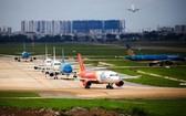 新山一機場跑道旁多架飛機排隊等待起飛。(圖源:互聯網)