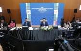 7月25日,馬來西亞國際貿易和工業部部長阿茲明·阿里(中)在吉隆坡主持亞太經合組織成員貿易部長視頻會議。(圖源:新華社)