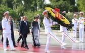 黨和國家領導人昨(25)日上午前往晉謁胡志明主席陵並敬獻花圈。(圖源:越通社)
