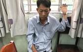 涉嫌非法買賣毒品犯罪嫌疑人阮文平被當場抓獲與毒品物證。(圖源:志石)