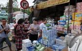 眾多居民前往雜貨店購買醫用口罩。