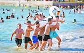 西班牙南部加迪斯市的沙灘依然人頭湧湧。(圖源:AP)