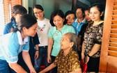 第五郡越華婦女團向阮氏景越南英雄母親贈送存摺。