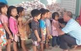 芽莊廣東會館每月兩次派慈善素食給窮人。