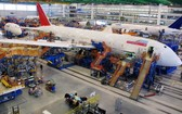 圖為工人們在南卡羅來納州北查爾斯頓的波音工廠組裝飛機。(圖源:AP)