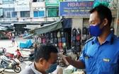 安東市場的管委會昨日起開始在各大門展開防疫工作,給商販及消費者量體溫。