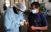 醫護人員做新冠病毒檢測採樣。(圖源:新華社)