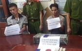 2019年9月3日,非法販運毒品被警方抓獲的梁文朋(左一)與凌文雲(右二)。(圖源:VOV)