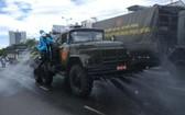 國防部化工兵種專用車在山茶郡醫療中心集合並按計劃消毒各條馬路。(圖源:TTO)