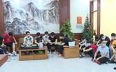 被扣留的非法入境的20名中國公民。(圖源:警方提供)