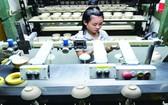 華人企業明隆一公司應用現代技術生產陶瓷品。