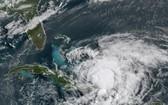 """美國國家海洋和大氣管理局(NOAA)提供的GOES-16號衛星美東時間2020年7月31日早晨8點40分拍下的圖像顯示""""伊薩亞斯""""颶風在加勒比海移動。(圖源:AP)"""