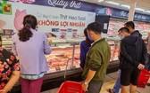 消費者在Big C超市無盈利豬肉攤選購鮮豬肉。(圖源:新宇)