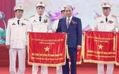 阮春福總理向公安幹部頒授「人民武裝力量英雄」稱號。(圖源:越通社)