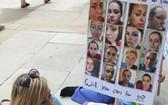 一遊行者舉著護士頭像集標語牌。(圖源:互聯網)