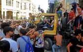 在黎巴嫩首都貝魯特,示威者破壞一輛吊車。(圖源:新華社)