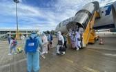 從阿聯酋撤回的越南公民下機時接受噴灑消毒。(圖源:外交部)