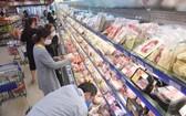 消費者在Co.op Mart超市選購食品。(圖源:耀基)