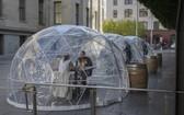 美國加州三藩市一家日本餐廳,日前在門外設置了3個透明半球形的隔離餐位。(圖源:互聯網)