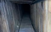 該隧道中通風系統、自來水管道、電線網絡、鐵路軌道等設施一應俱全,且進行了大量加固措施。(圖源:AP)