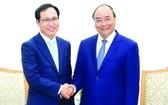 政府總理阮春福(右)接見越南三星組合總經理崔周湖。(圖源:光孝)