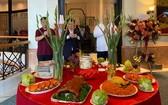 河內銀庭大酒家舉行華人傳統開張祭拜儀式。