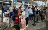 從馬來西亞撤回的我國公民在該國機場辦理行李托運手續。(圖源:寶芝)